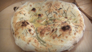 Video recipe for cooking a rosemary pizza