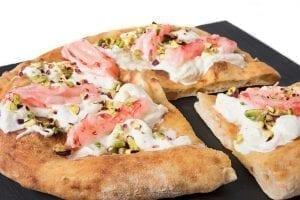 Pizza gastronomique à la stracciatella des pouilles, crevettes rouges de Mazara del Vallo et pistache de Bronte