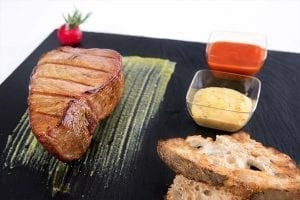 Gegrillte Thunfischtranche mit Soßen