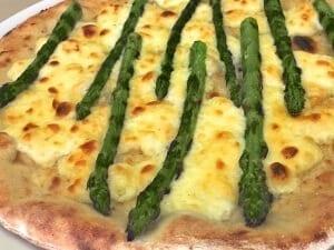 Pizza aus Vollkornmehl mit Spargeln und Fontina