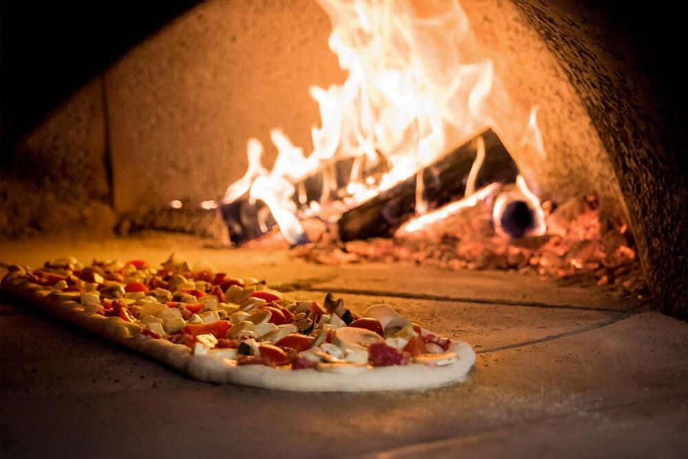 la pizza nel forno a legna Alfa