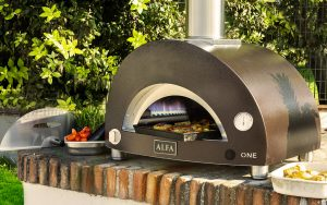 Alfa Forni launches the new ONE, the compact gas-burning oven for cooking outdoors even in city centres.